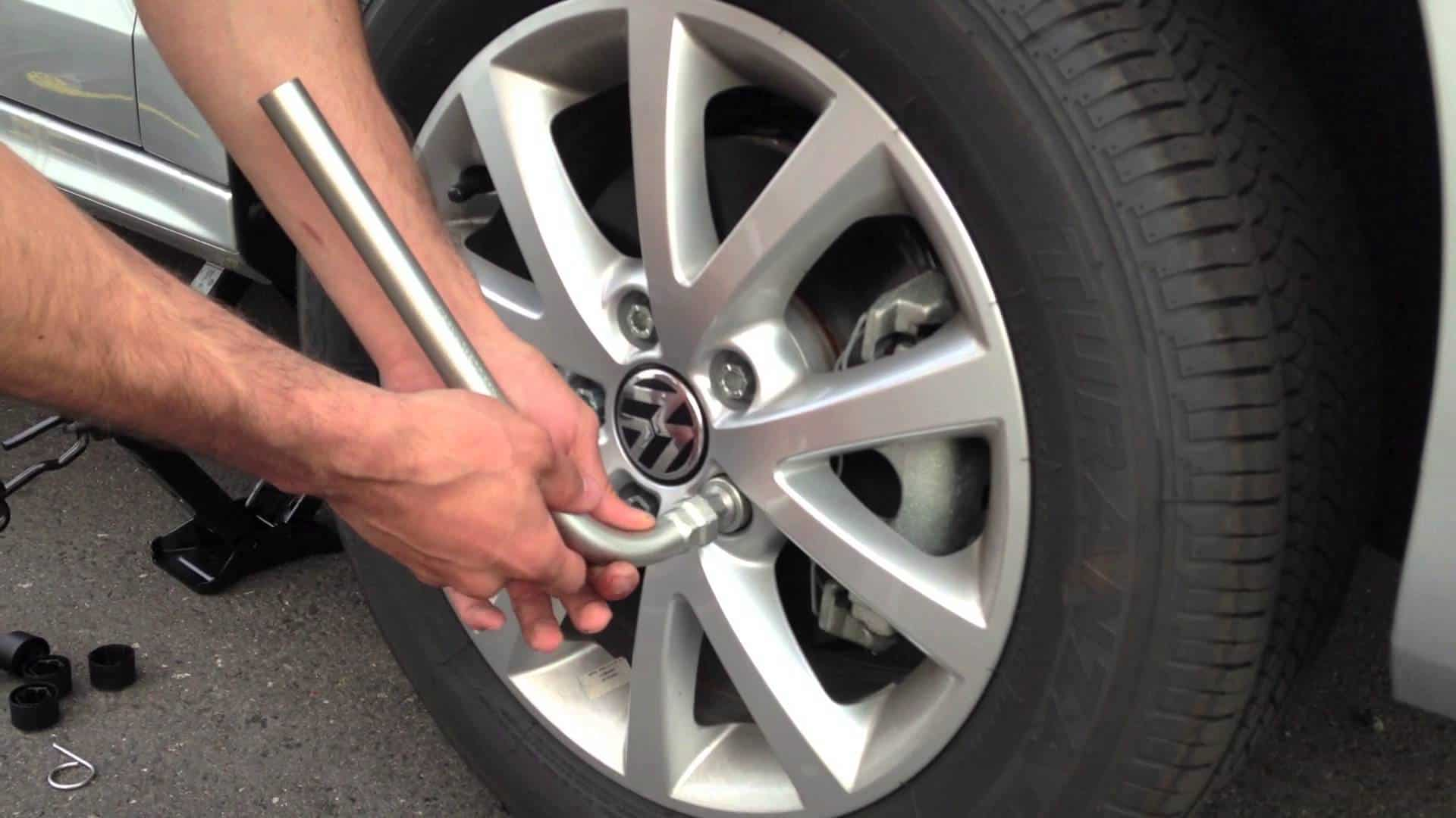 hand using a lug nut in how to break a lug nut off